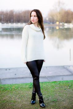 Fashion Blogger Vanessa Pur  - Fashion Blog Köln, Cologne, Deutschland, Germany - Fashion, Style, Lookbook, OOTD, Look, Outfit, Frau, Woman, Blogger, Winter, Leder Leggings, Pullover, Leather leggings, Sweater, Cozy Look -  style with black leggings.   Fashion Blog Köln - Lederhose mit weißem Wollpullover - lange