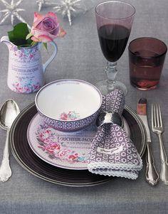 Keramikserien Evelyn Vintage und Anna Mauve kombiniert mit feinen Tellern aus Glas von Green Gate.