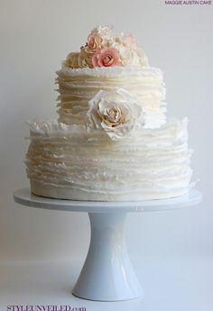 Bolo delicado com flores - casamento