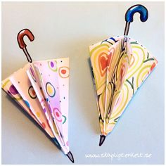 Lots of ideas. Cute little umbrella of folded paper. Fun to do! If you want to develop the idea, there are possibilities for discussions about patterns, mathematical concepts (square, triangle, circle . Fall Preschool, Diy And Crafts, Triangle, Concept, Halloween, Pattern, Fun, Kids, Blogg
