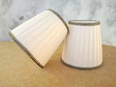 Couple of Clip On Pleated Chandelier Lampshades in white pongè, finished with antique gold trim. € 58,00
