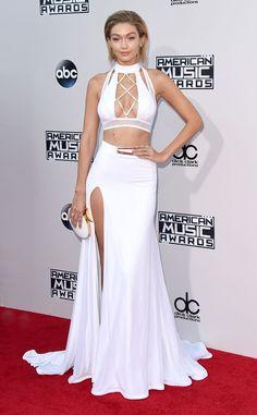 Os looks da Jennifer Lopez no American Music Awards 2015 - Gigi Hadid