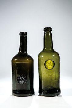 Zwei Weinflaschen mit Siegel ''A.S.C.R.'' : Lot 0098