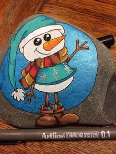 Snowman stone painting. So cute! Christmas Pebble Art, Christmas Rock, Christmas Drawing, Christmas Paintings, Christmas Crafts, Xmas, Rock Painting Patterns, Rock Painting Designs, Stone Crafts