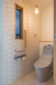 2Fトイレはちょっと遊びを入れた壁紙でかわいくアクセント。 Toilet Design, Powder Room, Interior Design, Bathroom, House, Toilets, Nest Design, Washroom, Home Interior Design