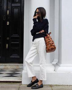 Un look d'automne avec un pantalon trompette blanc et des mocassins chic