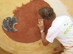 Detalle del mural hecho con morteros de arcilla ecoclay de acabado by Laurent Coquemont