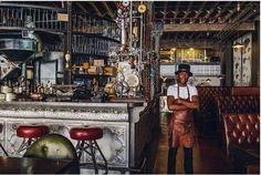 南アフリカ、ケープタウンで人気のコーヒーショップチェーン「TRUTH」。そこの本店がかっこいいのです。 スチームパンク風の内装はHaldane Martin氏によってデザインされました。金属の配管やビンテージの機械からは、コーヒーショップというよりどこか昔の工場や倉庫を思い起こさせます。 こだわりのコーヒーを刺激ある環...
