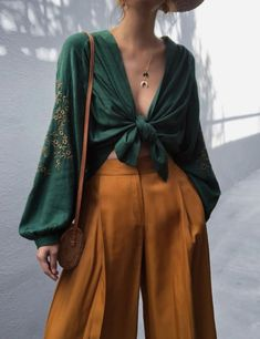 Paper bag waist culotte pants - Everything you are looking 70s Fashion, Look Fashion, Fashion Outfits, Womens Fashion, Fashion Trends, 70s Inspired Fashion, Fashion Ideas, Classy Fashion, Fashion Today