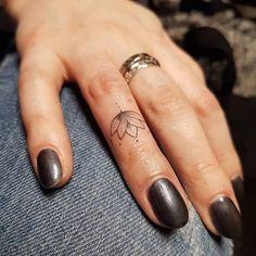 Tatouage doigt femme et homme- petites idées à grand symbolisme #beautytatoos