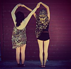I wish me and my bff could do this but we have completly differnt heights so its messes up😖😋😂😅 Bff Pictures, Best Friend Pictures, Friend Photos, Cute Photos, Best Friend Fotos, Your Best Friend, Photo Swag, Shooting Photo Amis, Best Friend Photography
