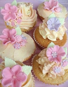 Check out this gallery of beautiful cupcakes with gorgeous floral decorations! These floral cupcakes are made by different creative people. Fondant Flower Cupcakes, Deco Cupcake, Cookies Cupcake, Pretty Cupcakes, Beautiful Cupcakes, Fondant Flowers, Yummy Cupcakes, Spring Cupcakes, Oreo Cupcakes