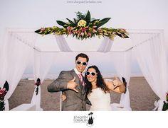 Geniales las gafas blancas!! las fotos son de Joaquín Corbalán. Desde http://bodasmirandoalmar.blogspot.com.es/