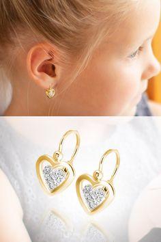 Kolekcia našich detských šperkov ukrýva krásne a rozkošné motívy ručne robených náušničiek, ktoré ocení vaša dcérka, aj keď vyrastie. Takýmto skvostom sú práve nadčasové diamantové náušnice Srdiečka s bezpečným zapínaním vpredu. Prepracovanými detailmi nešetríme ani pri balení detských šperkov, kde ponúkame na výber viacero zaujímavých a hravých krabičiek. Diamond Earrings, Drop Earrings, Little Princess, Keds, Baby, Jewelry, Jewlery, Jewerly, Schmuck