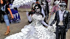 Amy Neiman and her husband, Alan, were in Mexico in November during the Dia de Los Muertos holiday. Near the Templo de Santo Domingo de Guzmán in Oaxaca, they saw people gathered for a parade, and one couple in particular stood out.