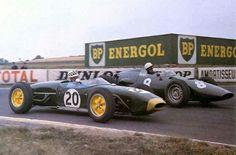 1960 French GP, Reims : Innes Ireland (Lotus 18) vs Jo Bonnier (BRM P48). (ph: Photobucket.com)