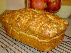 Хляб с лук и кашкавал. 1 лук, нарязан на ситно 3 и 1/2 ч.л. масло 4 ч.ч бяло брашно 1 и 1/2ч.л(7.5мл) суха мая 1 ч.л червен пипер 1 и 1/2 ч.ч настърган кашкавал 160мл хладка вода 160мл хладко прясно мляко 2ч.л. сол Черен пипер