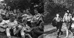 A la izquierda los jovenes piratas con sus pantalones cortos y a la derecha las Juventudes Hitlerianas con su uniforme.  Armados todos c...