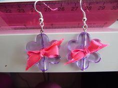 Neonkové mašličky Světle fialové květinky ozdobené neonově růžovou mašličkou