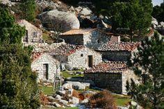 Les bergeries de Corse - Disséminées dans les montagnes, les bergeries sont pour la plupart abandonnées en raison de la décadence de la transhumance, mais abritent encore de mai à octobre quelques bergers et leurs bêtes.