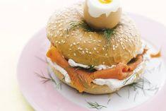 Na deze verrassing neem je nooit meer genoegen met een gewone eierdop - Eierdopbagel met zalm en roomkaas - Recept - Allerhande