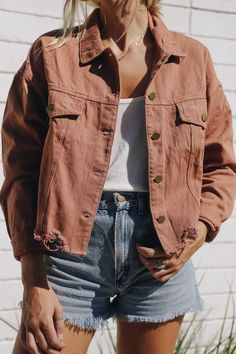 Fashion Tips Clothes Rust Denim Jacket - elisonrd.Fashion Tips Clothes Rust Denim Jacket - elisonrd Mode Outfits, School Outfits, Fashion Outfits, Fashion Ideas, Dress Outfits, Cute Jean Jacket Outfits, Denim Jacket Outfit Summer, Summer Shorts Outfits, Jackets Fashion
