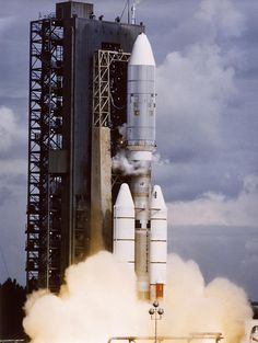 #NOW (10:29 am EDT) in 1977, Voyager 2 launched; only craft to visit Uranus and Neptune http://go.nasa.gov/1flcCwX