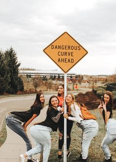 funny pictures to take with friends - funny pictures ; funny pictures to take with friends ; funny pictures of animals videos ; funny pictures of chickens Bff Pics, Funny Friend Pictures, Photos Bff, Cute Pictures, Friend Group Pictures, Funny Profile Pictures, Squad Pictures, Vsco Pictures, Family Pictures