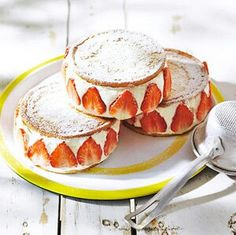 Aardbeientaartjes: 2 eierkoeken, daartussen slagroom, halve aardbeien aandrukken: klaar! Misschien ook lekker met pannenkoekjes of crêpes?