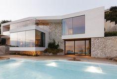 Se situe à Dubrovnik en Croatie, Cette résidence moderne de deux étages a été conçu par les architectes 3LHD. Cette maison contemporaine en première ligne offre une vue spectaculaire sur l'océan. Ainsi, la construction a été imaginée pour maximiser la vue dans chaque pièce avec de grandes baies vitrées et une architecture astucieuse.