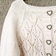 ~ d e t a i l s ~ 💛 #faunajakke #paelasstrikk #patternlove #jentestrikk #strikktilbarn