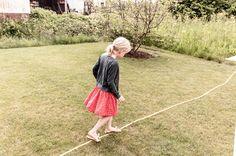 sommer, garten, Wasserschlauch, Kind beim Spielen. www.welle8.com