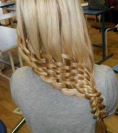 Des cheveux raides qui se terminent en natte tressée façon panier en osier