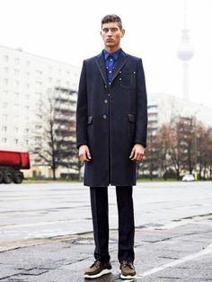 Seht ihr den Alex. Ricardo Tisci stellte die Models für die Pre-Fall-Kollektion mitten auf die Karl-Marx-Allee in Berlin