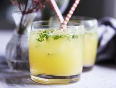 Frisk ananas-mojito med rom, mynte og lime. Få opskriften her!