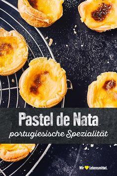 Wenn es um Süßes geht, hat jedes Land seine eigenen Traditionen. In Portugal werden aus Vanillecreme und Blätterteig leckere Törtchen gezaubert. Mit unserem Pastel de Nata-Rezept kannst du die portugiesische Spezialität zu Hause backen. #edeka #backen #portugiesisch #süßes #rezept