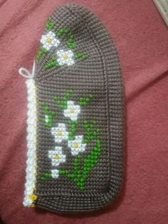 This Pin was discovered by Gül Crochet Slipper Pattern, Crochet Slippers, B 13, Knitted Hats, Diy And Crafts, Beanie, Knitting, Kare Kare, Fashion