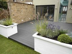 Urban Garden Design Interesting Small Front Garden Design Waterfall Best Ideas 05 - As the prices of real properties skyrocket, most people can no longer afford to own houses with wide front lawns. Design Patio, Terrasse Design, Urban Garden Design, Back Garden Design, Balcony Design, Garden Bed Layout, Garden Beds, Diy Garden, White Garden Fence