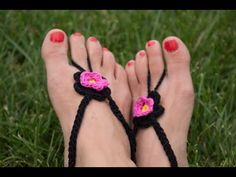 Collection of Free Barefoot Sandal Crochet Patterns & Tutorials with step-by-step instructions to guide you! Barefoot Sandals Tutorial, Crochet Barefoot Sandals, Beaded Sandals, Crochet Baby Boots, Crochet Baby Sandals, Crochet Shoes, Crochet Monkey, Bare Foot Sandals, Anklets