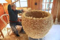 Mei-ling Hom's most recent residency is in a acre forest in Kentucky. Working on a large straw sculpture at the Bernheim artist's house. Interesting results when placed in the environs Willow Weaving, Basket Weaving, Straw Sculpture, Contemporary Baskets, Big Basket, Flora Design, Pine Needle Baskets, Fibre And Fabric, Organic Art