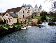 Ce château médiéval, dans une forme triangulaire, domine le fleuve Charente et le village pittoresque de Verteuil. Appartenant à la famille de La Rochefoucauld depuis plus de 1000 ans, Verteuil est tout aussi fascinante pour ses richesses architecturales en ce qui concerne l'histoire de ses célèbres propriétaires. Leurs invités célèbres et illustres inclus Charles Quint d'Espagne, le roi Henri II, la reine Catherine de Médicis et la Reine Margot, Louis XIII, Anne Autriche et Marie de Médicis…