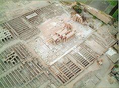 Ramesseum - Templo funerario de Ramsés Ii, situado en la necrópolis de Tebas enfrente de Luxor. S. XIII a. C. Dinastía XIXª. Tiene una estructura clásica del Imperio Nuevo: dos pilonos y  tres salas hipóstilas de las que se conservan dos. En el interior, está representado el poema de Panteur (victoria en la batalla de Kadesh), manteniéndose en pie 39 columnas campaniformes con capiteles papiriformes decoradas con escenas del rey ante varias divinidades.