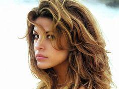 Depois da moda dos cabelos ruivos naturais, o loiro mel chegou com tudo para esquentar o look da mulherada. Saiba tudo sobre como alcançar a tonalidade que combina com todos os tipos de pele. - Veja mais em: http://www.vilamulher.com.br/cabelos/tratamentos/loiro-mel-em-busca-do-tom-perfeito-m0215-698753.html?pinterest-destaque