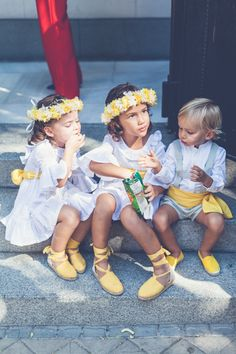 Elena Bau Fotografía Page Boy, Espadrilles, Yellow Wedding, Minimalist Wedding, Flower Girl Dresses, Flower Girls, Marie, Wedding Gowns, Fall Outfits