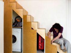 Máquina de lavar e outros itens, como malas de viagem, ganharam seu espaço embaixo dos degraus, com portas feitas sob medida.