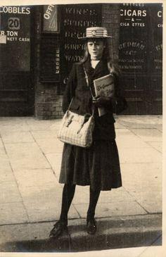 Her skirt is short because she is teenager. School Girl - Edward Linley Sambourne - Earls Court, Kensington, London - 30 May, 1906 1900s Fashion, Edwardian Fashion, Vintage Fashion, Retro Fashion, Boho Fashion, High Fashion, Winter Fashion, Fashion Jewelry, Mens Fashion