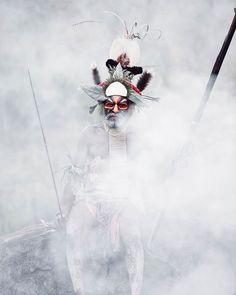 Before They Pass Away, the photographer Jimmy Nelson=Άντρας της φυλής Goroka. ©Jimmy Nelson Πηγή: www.lifo.gr