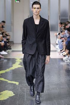 Yohji Yamamoto acts as artist for his spring-summer 2016 menswear collection. Yamamoto's oversized shapes act as the canvas for a collection that has both its minimal and extraordinary moments. On the colorful side, paint strokes add a vibrant energy to suiting and relaxed separates. The same energy is later translated with a wink into wrinkled... [Read More]