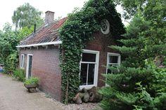 Typical dutch tiny house in the country from 1850 - Huisjes te Huur in Nieuwerbrug aan den Rijn Den, Tiny House, Dutch, Patio, Country, Outdoor Decor, Plants, Room, Home Decor