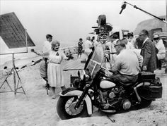 """Ya se ha acabado el verano, pero Bette Davis todavía tiene tiempo para un último baño. Rodaje de """"Que fue de Baby Jane?"""" (1962)"""
